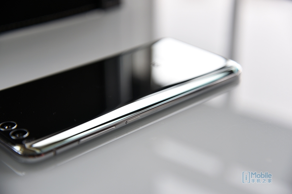 Xiaomi May Come Up With A MI 6+ With A Shiny Mirror Like Silver Surface